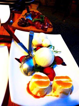 Inn Bufalito Taverna Mediterranea: Cheese platter to start