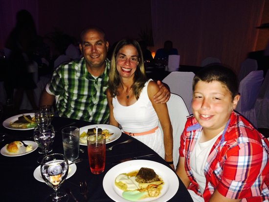 Moon Palace Cancun: All if us at dinner