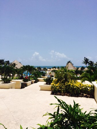 Moon Palace Cancun: Picture of pool and ocean (sunrise side)