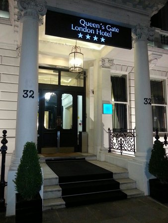The Queen's Gate Hotel: Entrance