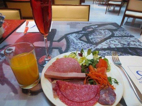 Hotel Paseo del Arte: 朝食のロゼワイン他