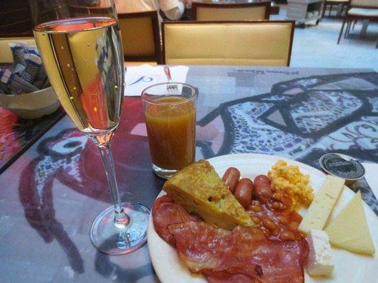 Hotel Paseo del Arte: 朝食の白ワイン他