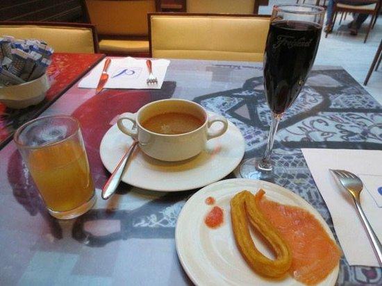 Hotel Paseo del Arte: 朝食の赤ワイン他