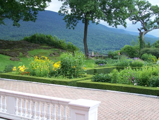 Hildene, The Lincoln Family Home : Part of the formal gardens behind the house