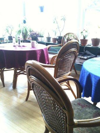Gite TerreCiel : Une salle à manger calme et ensoleillée. Le bonheur, quoi!