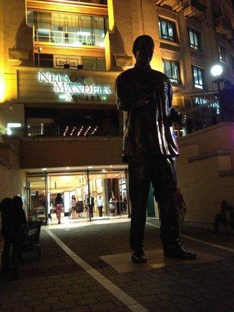 Nelson Mandela Square: Estátua de Mandela
