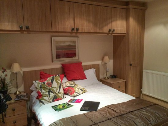 The Plough Inn: Bed & extensive cupboards