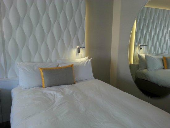 Renaissance Aix en Provence Hotel : Bed