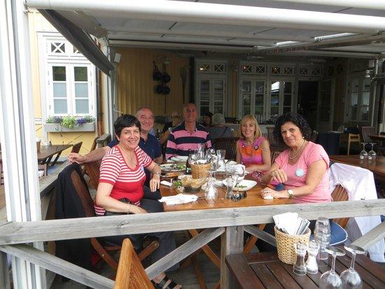 Restaurang Sjopaviljongen: Mesa con amigos