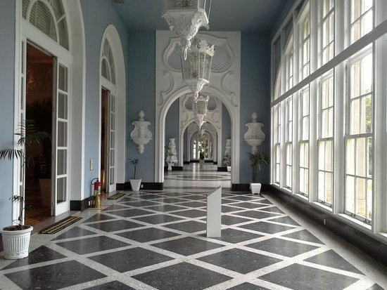 Braganca Palace Hotel: Corredor de acesso aos salões do Hotel Quitandinha