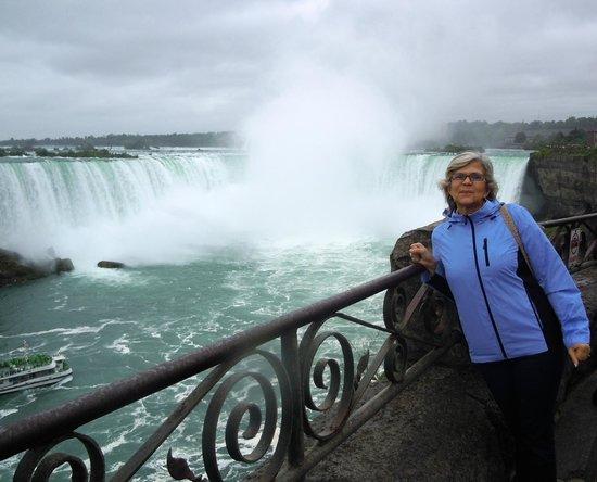 Niagara Falls: Vista desde el paseo que la bordea