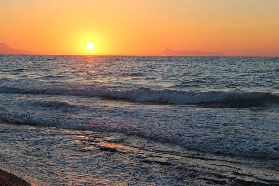 Rethymno Palace : Le soir sur la plage de l hotel...