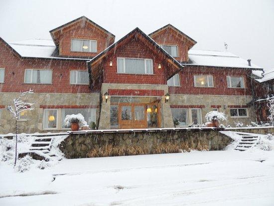 Alma Andina Hosteria: Vista del frente desde la calle en plena nevada