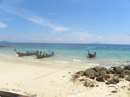 Phi Phi Islands: Los botes anclados en la playa.