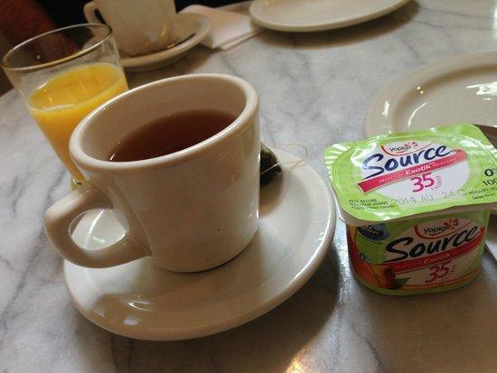Chateau de l'Argoat : Yogurt, orange juice, and an array of tea
