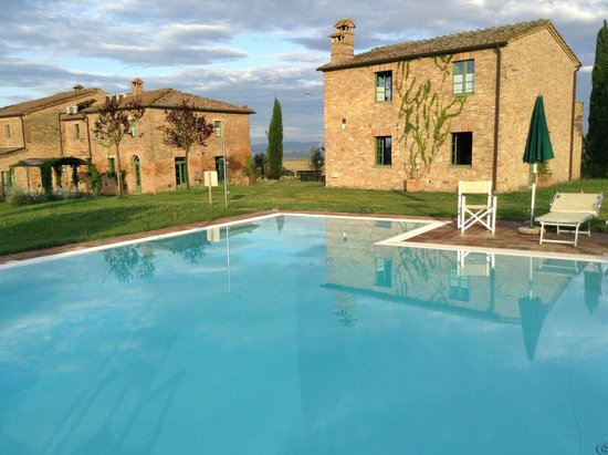Podere Salicotto: Pool and villa grounds