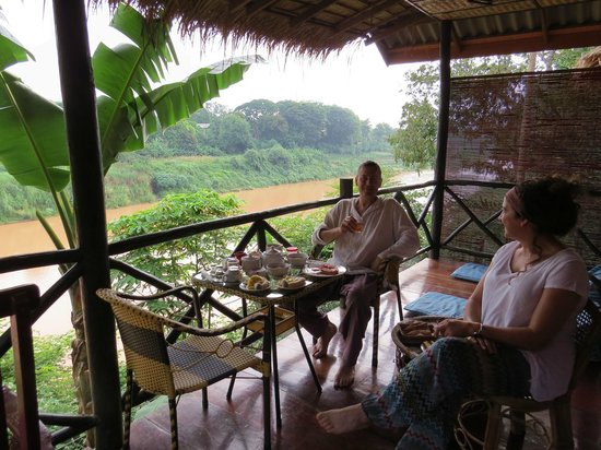 Thongbay Guesthouse: Enjoying our breakfast