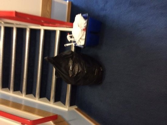 Travelodge Edinburgh Central Princes Street: Blocking stairs to reception