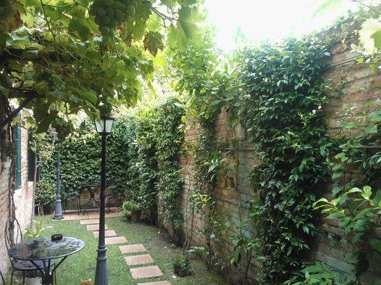 Santa Margherita Guesthouse: giardinetto