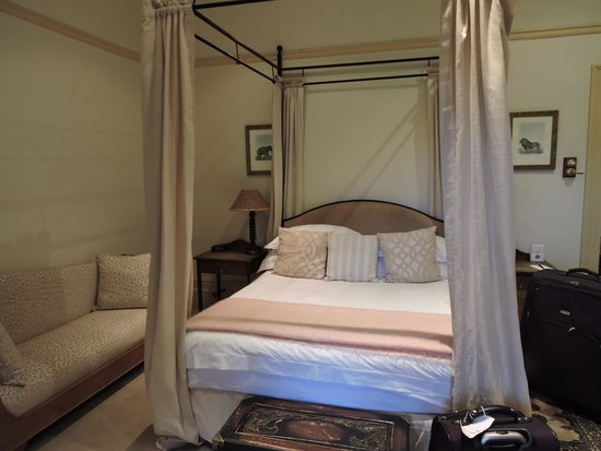 Hacklewood Hill Country House: Our bed
