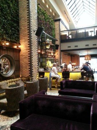 Thompson Chicago, a Thompson Hotel : Bar off the lobby