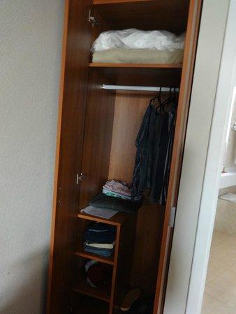 Quorum Cordoba Hotel: Unico espacio disponible para guardar ropa