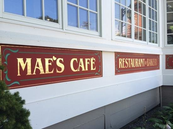 Mae's Cafe: best breakfast place , dogs allowed outside