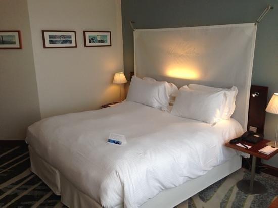 nhow Marseille Palm Beach : zeer comfortabele bedden met springverenmatras voorzien van een dekmatras. Fijne kussens een com