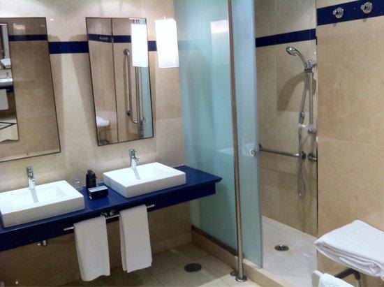 Eurostars Hotel de la Reconquista: Baño muy amplio