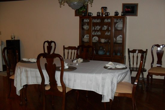 Serenity Hill Bed and Breakfast: Breakfast table