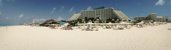 Live Aqua Beach Resort Cancun: Panoramica del hotel desde la playa