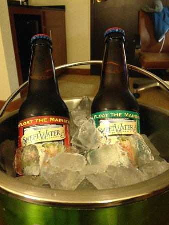 Hyatt Place Atlanta Airport - South: Great beers!