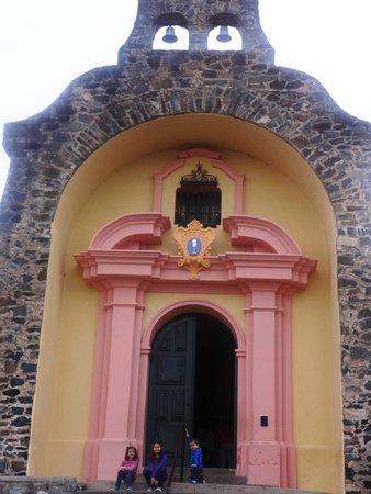 Gruta de Lourdes Alta Gracia: Esta es la capillita de la Gruta de Lourdes, es muy linda por dentro y por fuera.