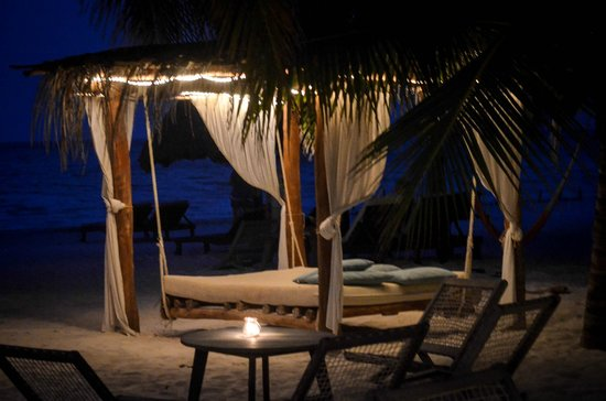Holbox Hotel Casa las Tortugas - Petit Beach Hotel & Spa: Beach bed, one of many (claim yours early in the day!)