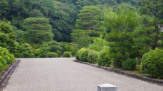 Fushimi Momoyamaryo : The well kept gardens