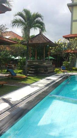 Masa Inn: Back pool showing closeness of Dinning/breakfast area