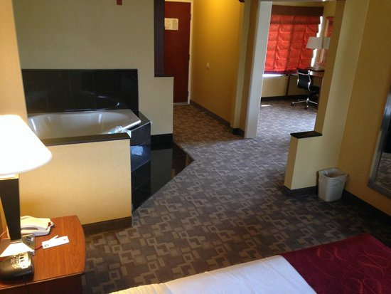 Comfort Suites Oceanside Marina : Room 326 jacuzzi tub, entrance, office
