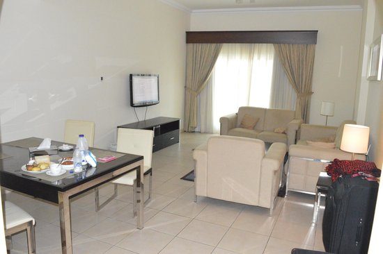 Pearl Marina Hotel Apartments : Spacious sitting and dining area