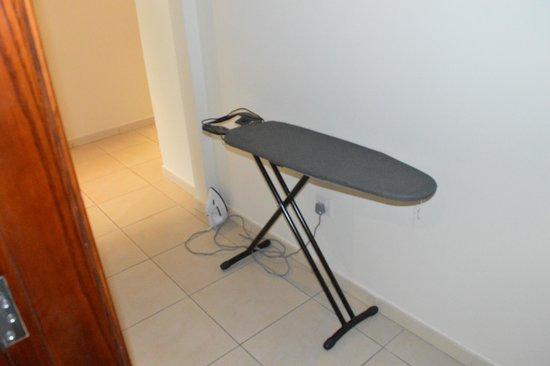 Pearl Marina Hotel Apartments : Iron and Ironing board