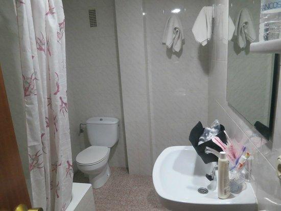Pension La Orozca: Lots of room in the bathroom