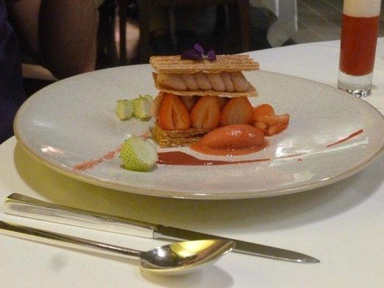 Hotel Restaurant Regis & Jacques Marcon : dessert aux fraises en mille feuilles