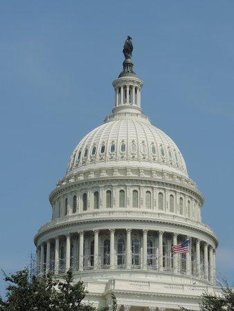U.S. Capitol : A cúpula com a frente da estátua voltada para o leste