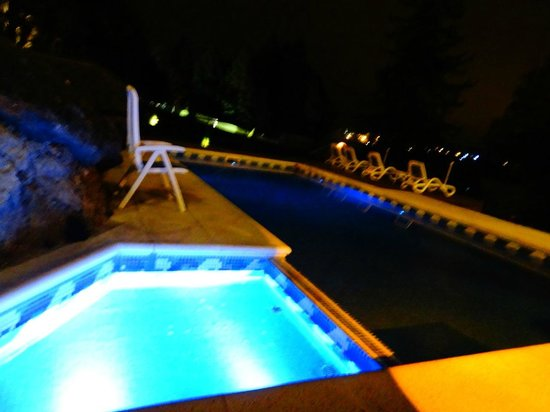 Charming Luxury Lodge & Private Spa: Piscina a noite.