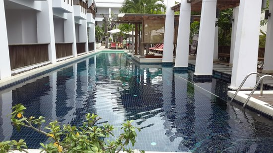 Mantra Resort: the pool with pool bar