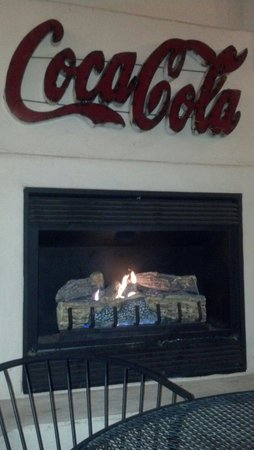Rodeway Inn & Suites Downtowner-Rte 66: Fireplace in the heated patio.
