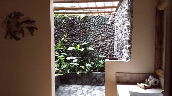 Lost Iguana Resort & Spa: outdoor shower