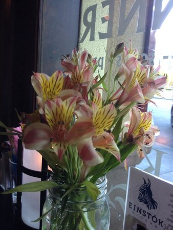 Katy's Kreek : Beautiful fresh flowers on all of the patio tables