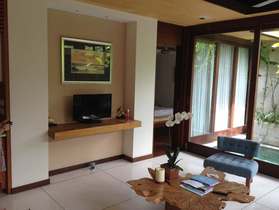 Maca Villas & Spa: main lounge tv