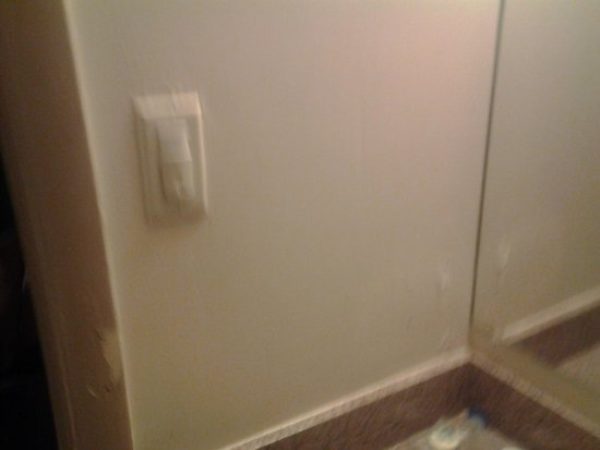 Americas Best Value Inn: MOLD ALL OVER BATH ROOM!!!!!!!!!!!!