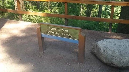 Lynn Canyon Park : Placa na entrada do parque